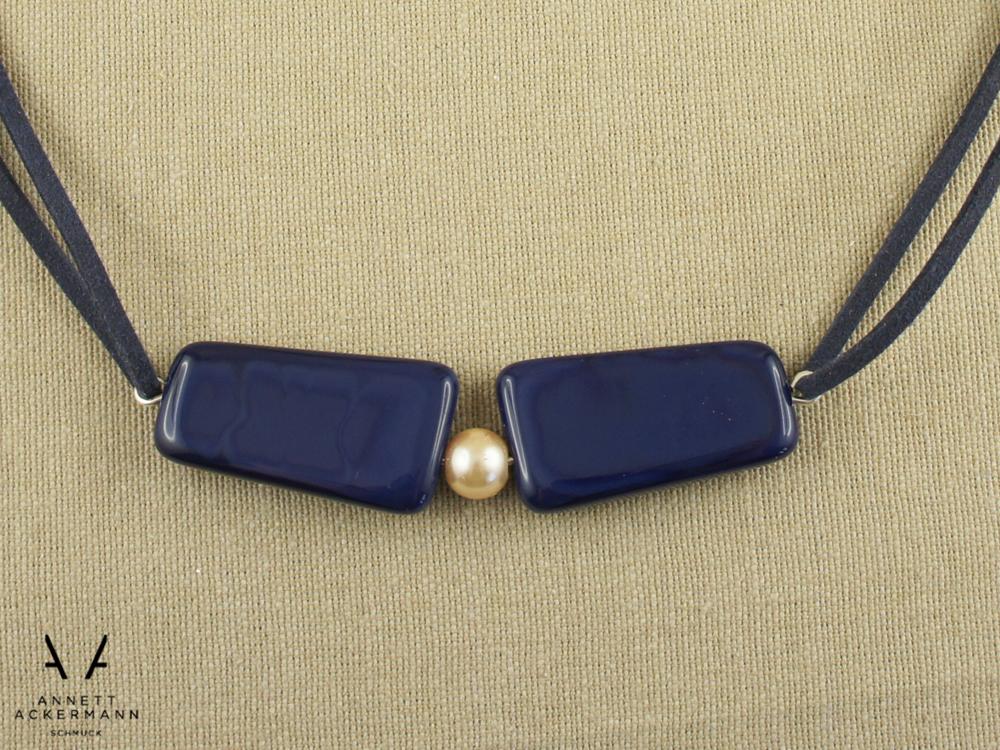 Kette aus blauen Glasperlen mit Glaswachsperle
