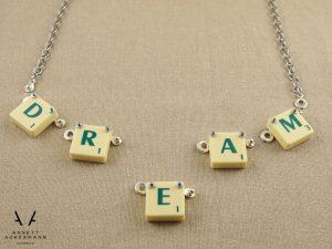 PLAY // More Than Words // Kette einzelne Buchstaben